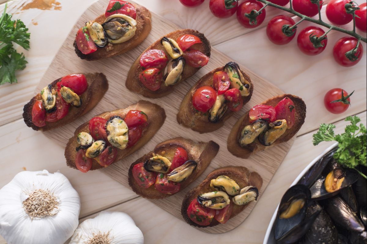 Crostini with mussels and cherry tomatoes
