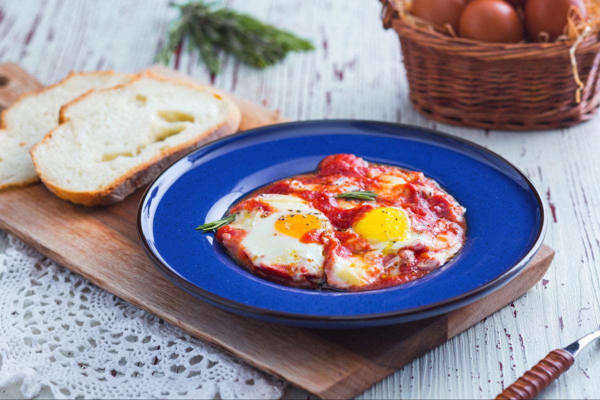 Uova alla contadina (Baked eggs in tomato sauce)