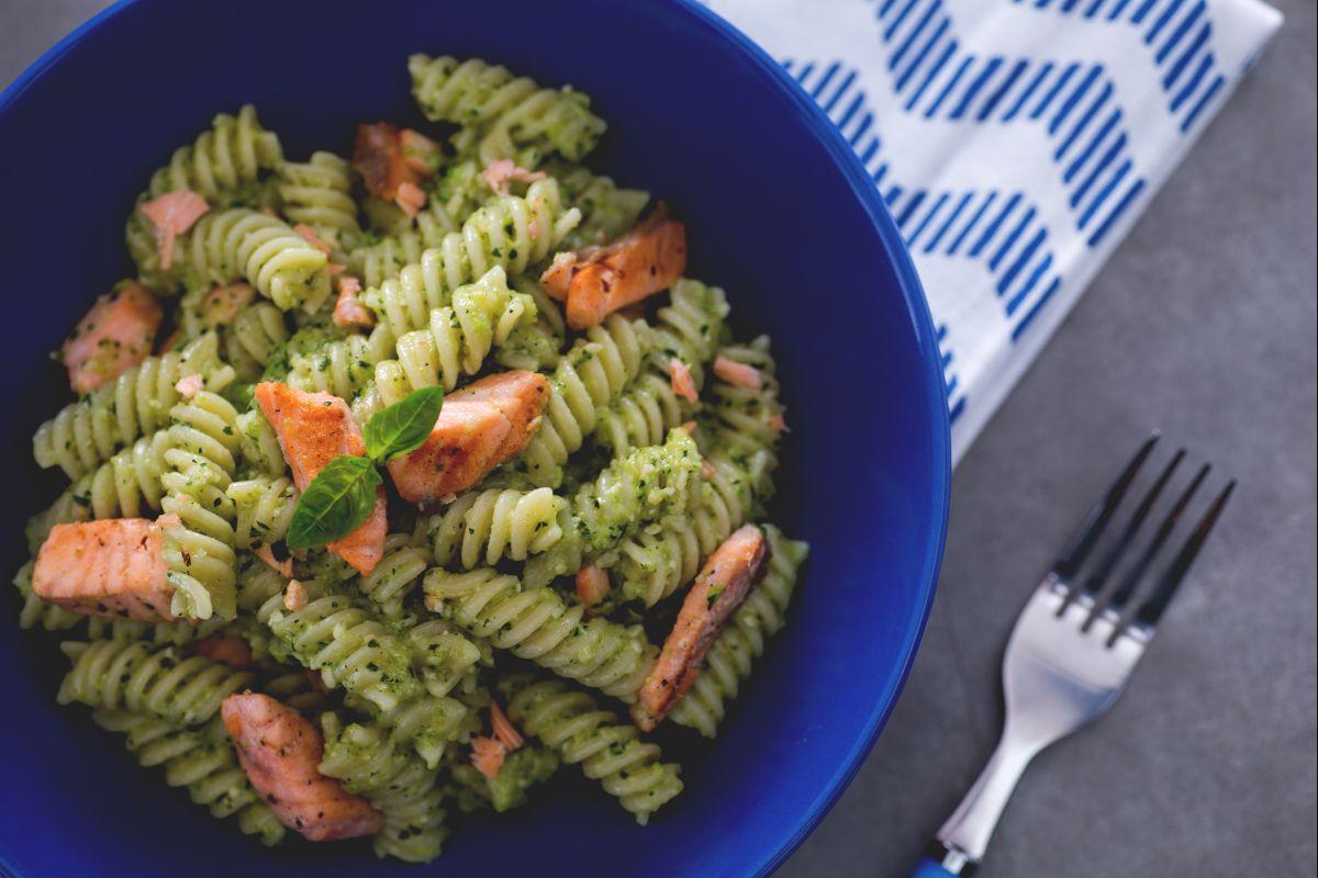 Fusilli with zucchini pesto and salmon