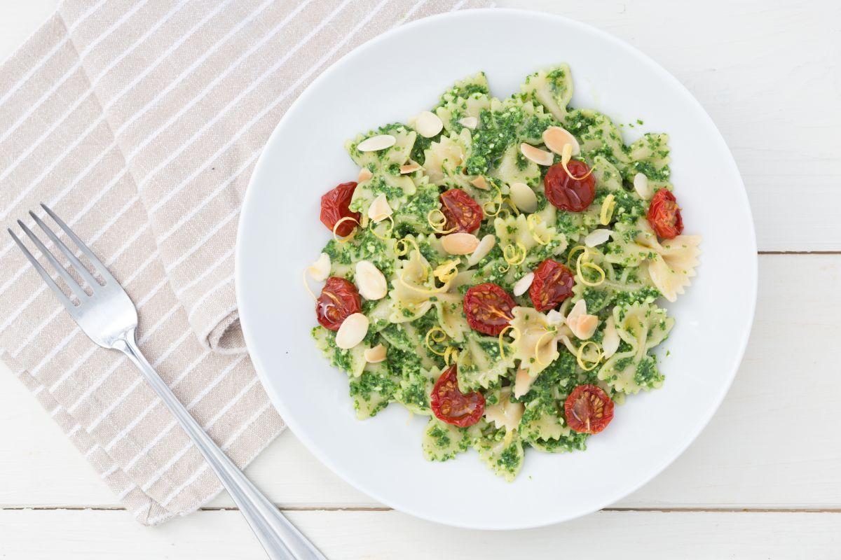Pasta with arugula & lemon pesto and cherry tomatoes